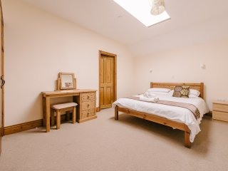 HOT TUB, Indoor heated Pool, Gym, Games Room, Play Area, Sleeps 10. BEATRICE