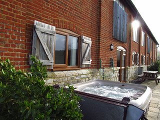 HOT TUB, Indoor heated Pool, Gym, Sauna, Games Room, Play Area, Sleeps 8. HELENA