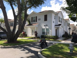 VIP Home - LUCAYA VILLAGE - Beautiful, Modern and Spacious Townhome close Disney