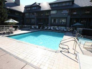 Deluxe Ski-In Suite   Pool, 2 Hot Tubs, Ski Valet + Bike Storage