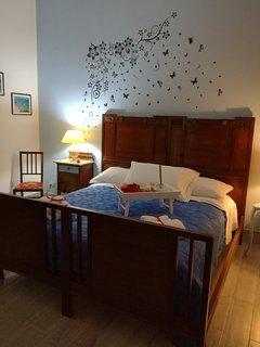 Bedroom 'Re Luca' colore blu cielo, decorazioni, cura del dettaglio, profumo e storia di casa