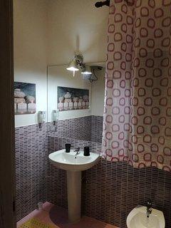 Sala da bagno Glicine allegra e confortevole tutti i conforts