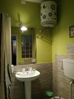 Sala da bagno verde bosco,conforts e atmosfera calda e privata