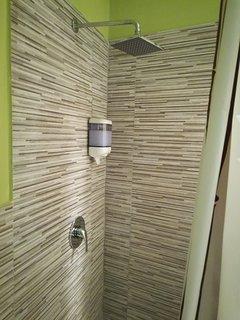 Particolare dalla doccia con distributore di bagnodoccia