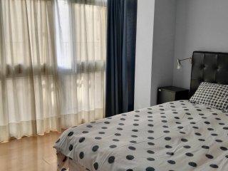 Amplio dormitorio con cama grande.