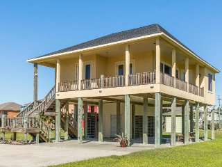 Beautiful beach bungalow with balcony, just steps from the beach!