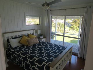 Comfy Queen bedroom. Ceiling fan, safe, USB clock radio