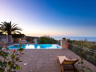 Belvedere Villas - Villa Efrosini, Full Privacy with View, Close to Beach & City