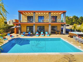 BRAND NEW VILLA, LARGE HEATABLE POOL, 2 XL JACUZZI & JUST 400M TO THE BEACH
