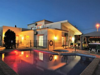 LUXURY VILLA W/ PRIVATE FULLY FENCED HEATABLE POOL, JACUZZI, A/C AND WIFI!