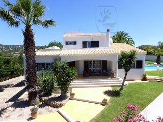 SUPERB VILLA, W/ LARGE HEATABLE POOL, GAMES ROOM, A/C & WI-FI