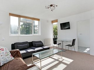 Central Apartment 5 mins to East Putney tube Zone 2