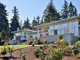 Beautiful high bank waterfront house on 5 acres with water views (261)