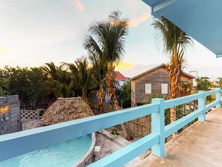 Cozy suite overlooking shared pool - excellent location, walk to the beach!