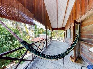 Relaxing, tropical home w/ deck & hammock - walk 150 feet to the beach!