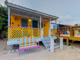 Colorful cabana with shared pool & nearby beach ideal for a couple!