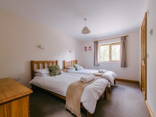 Plumtree Cottage, Private Hot Tub,  Pool, Gym, Sauna, a contemporary cottage