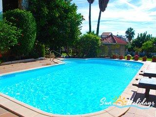 Villa con 4 dormitorios, 3 baños y un precioso jardín con piscina privada