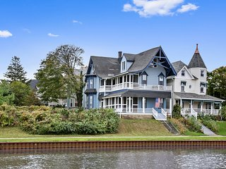 Beautiful Lakefront Victorian Private Balcony Perfect Walkable Location