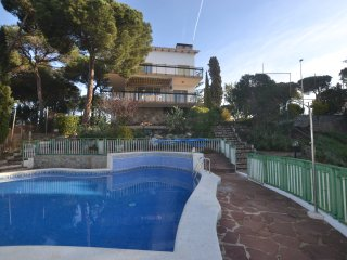 Charming 4 bed Villa on huge totally fenced plot. Ideally for groups.