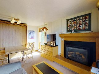 Ski-in condo w/ shared hot tub & beautiful views - close to the slopes & Boise