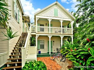 Oceanside cottage w/shared pool, private hot tub, street parking, & much more
