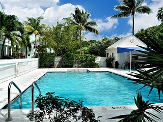 Sunny tropical condo with a shared pool, close to all of the beachside action