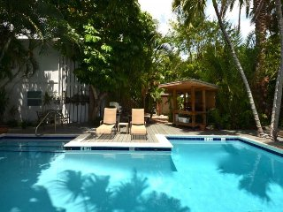 Charming studio w/ shared pool, covered patio - a block from shopping and dining