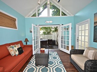 Vibrant, dog-friendly cottage w/ shared pool, entertainment & full kitchen