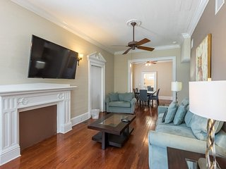Welcoming condo w/ shared pool, full kitchen & parking - central location!