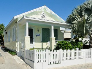 Homey cottage w/ private hot tub, garden & parking - great downtown location!