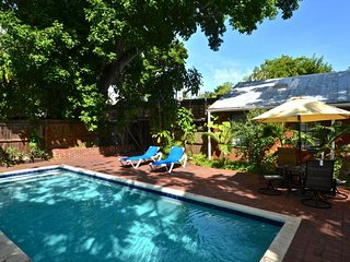 Comfortable cottage w/ private pool & lovely garden - dogs OK, great location
