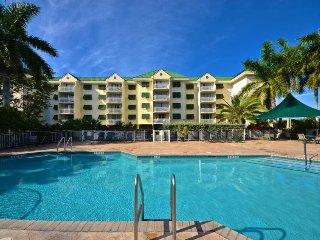 Comfortable condo w/ scenic views, shared pool & hot tub, balcony & parking