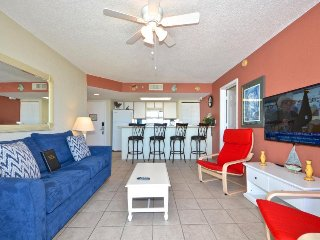 Tropical getaway w/private balcony, shared pool/hot tub - dog-friendly!