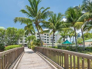 Cozy dog-friendly condo w/ shared pool, hot tub, private deck, and parking