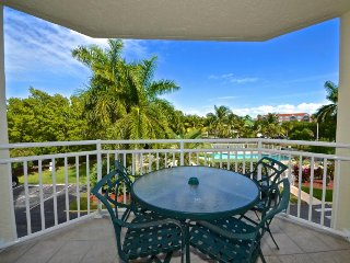 Lovely condo w/ shared pool & hot tub right nearby the beach - dogs OK!