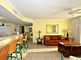 Comfortable condo w/ shared pool/hot tub, tennis courts, & parking - dogs ok