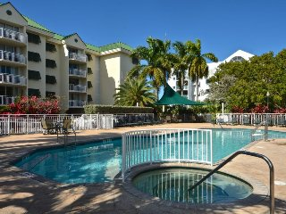 Comfortable condo w/ shared pool/hot tub, tennis courts, & parking space