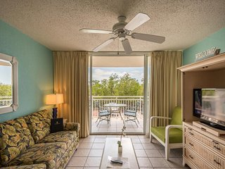 Sunny condo w/ private balcony, shared pool & hot tub, tennis, parking, 1 dog ok