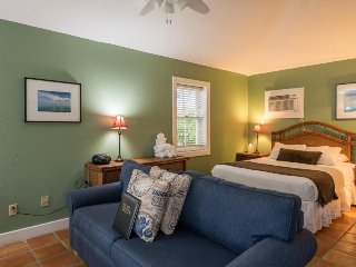 Cozy, dog-friendly retreat w/ shared hot tubs, patio, great location in Old Town