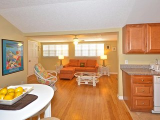Condo on Duval w/shared hot tub & community pools, & private parking - dogs OK