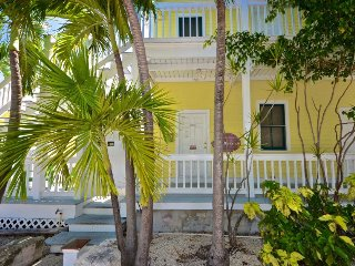 Cozy tropical suite w/ patio and half a mile from the beach - dog OK