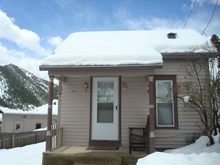 MINER'S CABIN IN HISTORIC IDAHO SPRINGS CLOSE TO SKI RESORTS AND HOT SPRINGS