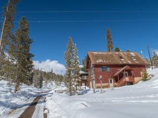 Inviting 4BR Retreat 2 Miles to Town Center & RMNP