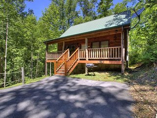 **PRIVATE** Luxury Cabin, WiFi, VIEW, Couples Retreat! Pigeon Forge Gatlinburg!