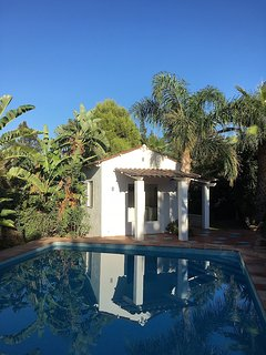 A dedicated pool house with kitchen, shower and toilet lets you enjoy the day by the pool