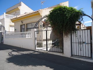 Lovely detached villa with enclosed driveway and garden