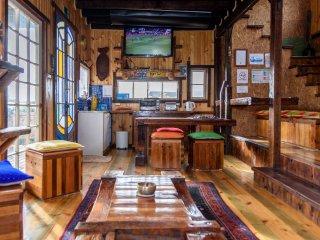 Amplia cocina americana y living, sector muy iluminado con grandes ventanales. Con acceso a terraza