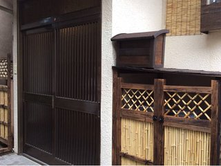 Meiji house 4Room 8 guests.2min Hiroo station,shibuya district.10min bus ride to shibuya. Central.