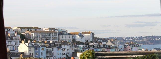 Vue de Brixham avec des aperçus sur la mer depuis le salon avec une vue similaire de la chambre double.
